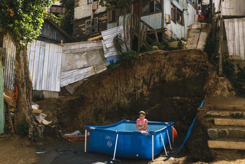Valparaíso. Una niña se baña en su piscina en el Cerro El Litre. Foto: Raúl Goycoolea.