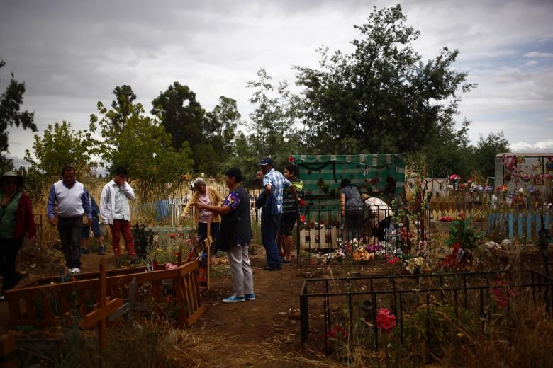 Chillan: Gente visita el cementerio general de chillan