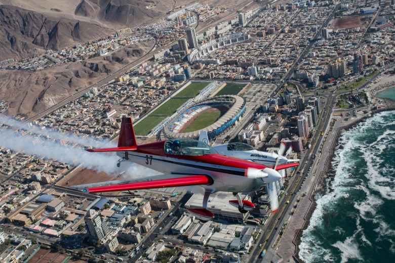 Cristian Bolton, piloto y campeón del Red Bull Air Race, realiza su entrenamiento en la ciudad de Antofagasta. Foto: Matías Quilodrán.