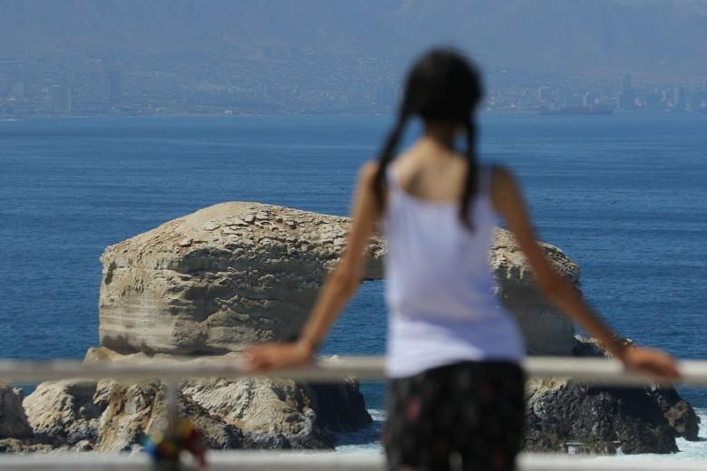 """Escena diaria de turistas visitando el monumento natural """"La Portada"""", ubicado a 18km al norte de la ciudad de Antofagasta. Foto: Matías Quilodrán."""
