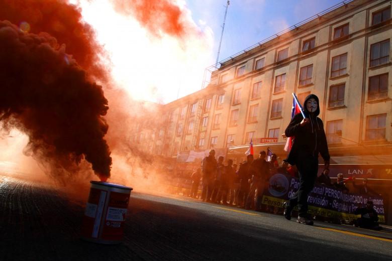 Concepción: Activan bomba de humo en protesta de tripulantes pesqueros industriales. Foto: Rodrigo Acuña D.