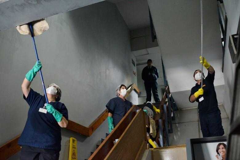 Valparaíso. Labores de limpieza tras el amago de incendio en el hospital Van Buren. Foto: Raúl Goycoolea.