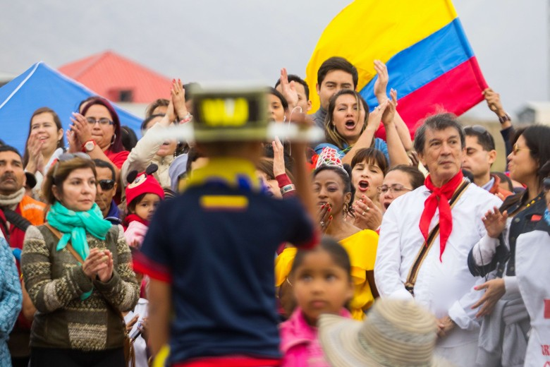 Celebración de las fiestas patrias de colombia, realizando un pasacalle por el centro de la ciudad culminando en el muelle historico. Foto: Matías Quilodrán.