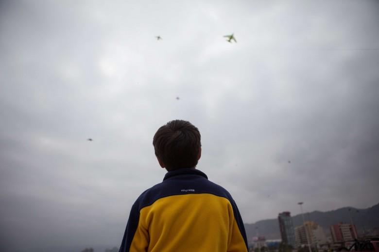 """Niños elevan volantines en el sector de """"las Almejas"""". Foto: Matías Quilodrán."""