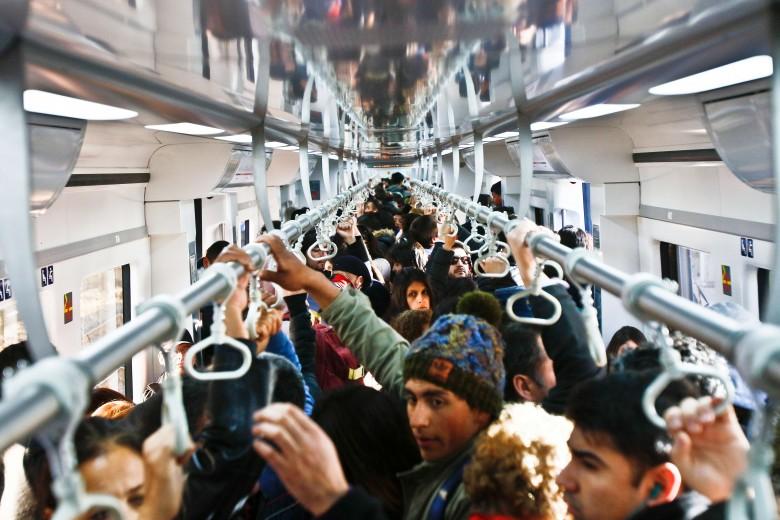 Bagones, pasajeros y estaciones del metro de merval.