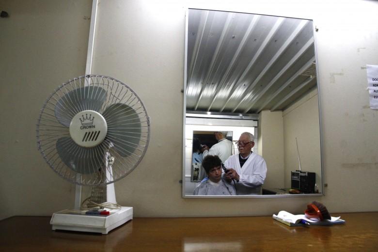 Concepción: 37 años lleva Albino Concha cortando el pelo a estudiantes y docentes en la Universidad de Concepción. Foto: Rodrigo Acuña D.